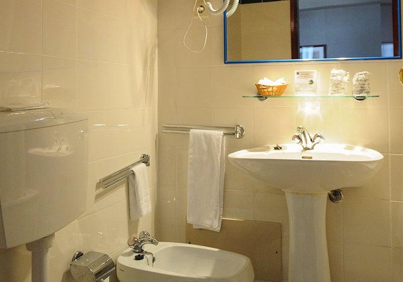 Bathroom Hotel Almedina Coimbra