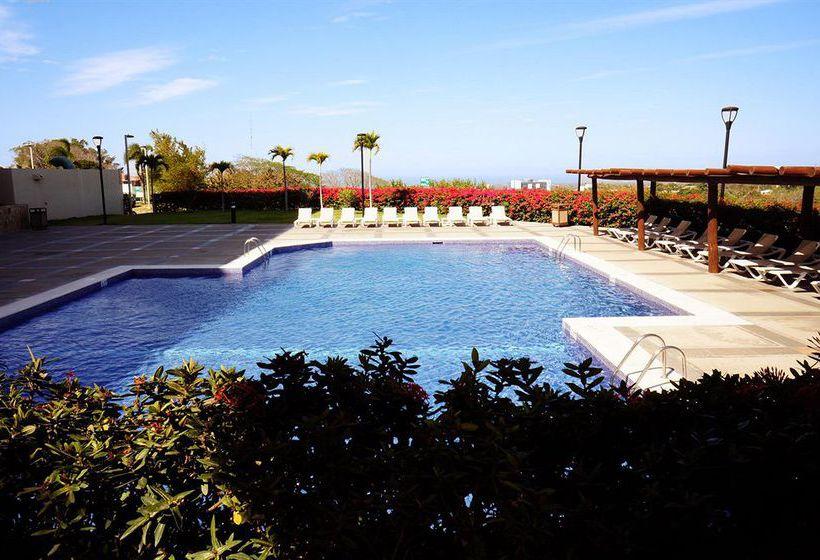 Swimming pool Hotel Barceló Managua