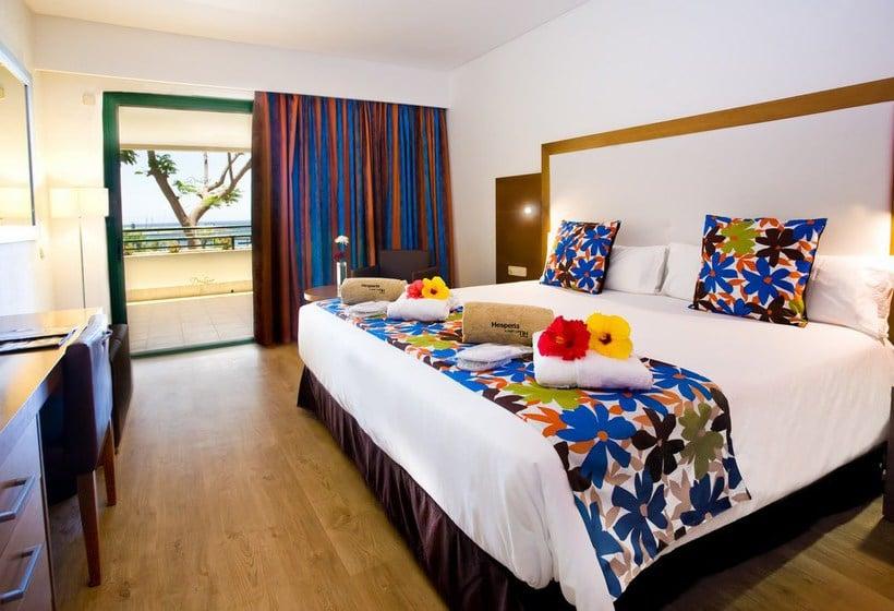 Hotel hesperia playa dorada en playa blanca destinia for Habitacion familiar riu playa blanca